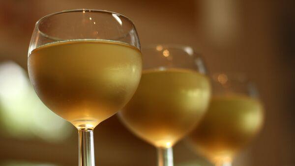 Unas copas de vino blanco - Sputnik Mundo