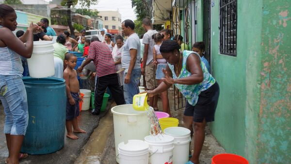 Dominicanos reciben agua dulce durante sequía en el país - Sputnik Mundo