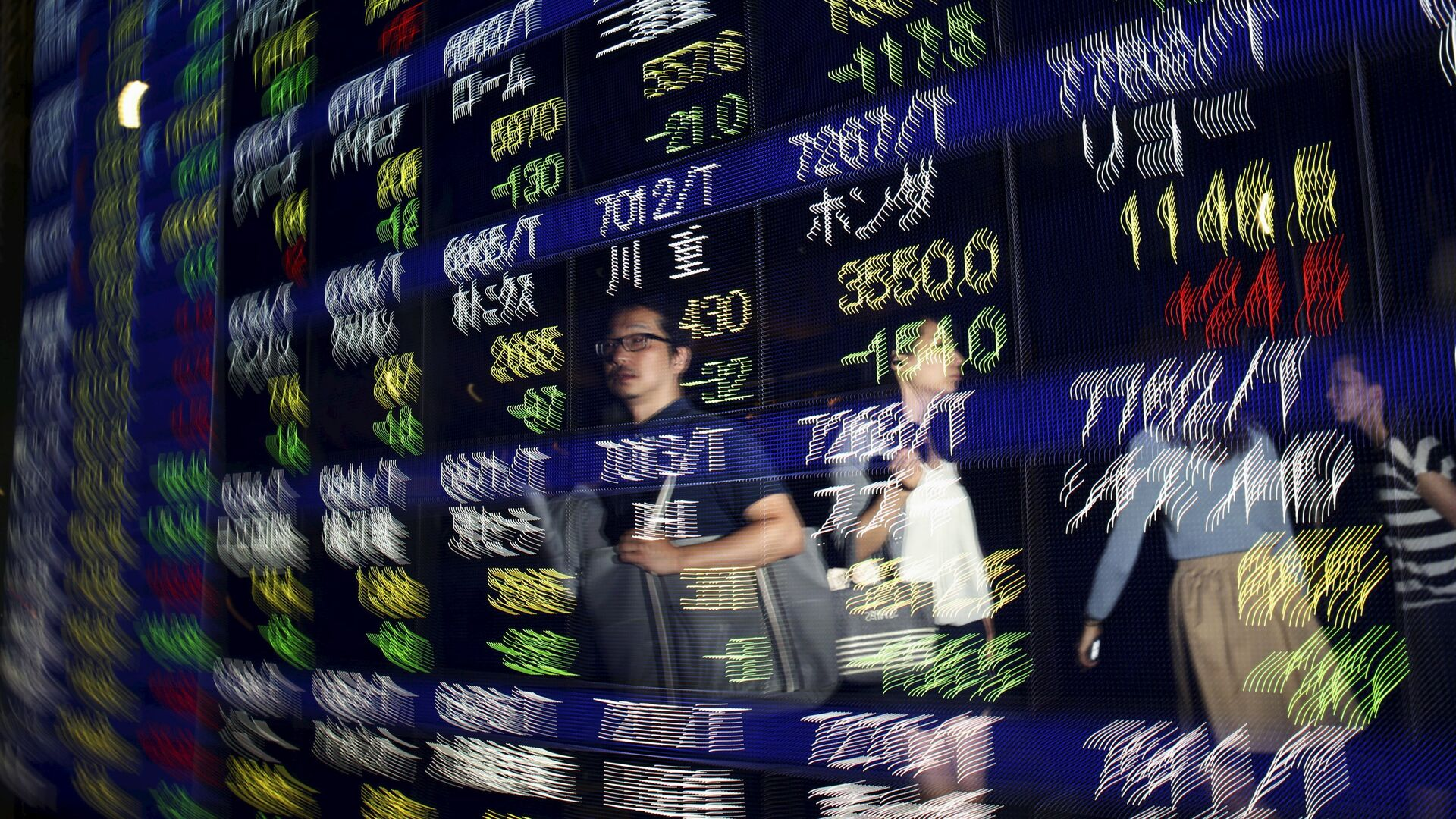 Passersby are reflected on a display showing stock quotation board outside a brokerage in Tokyo August 25, 2015. - Sputnik Mundo, 1920, 08.02.2021