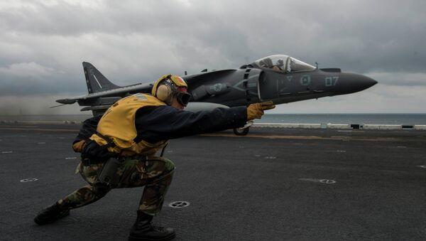 AV-8B Harrier despega de USS Bonhomme cerca las costas de península de Corea - Sputnik Mundo