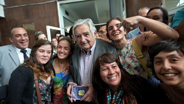 El ex presidente de Uruguay José Mujica con sus partidarios brasileños en Río de Janeiro - Sputnik Mundo