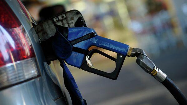 Pistola de abastecimiento en una gasolinera - Sputnik Mundo