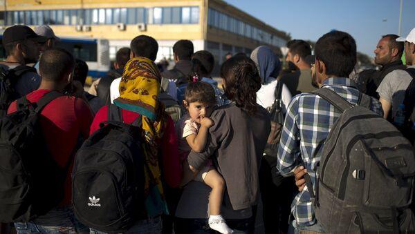 Refugiados llegaron al puerto cerca de Atenas en Grecia - Sputnik Mundo