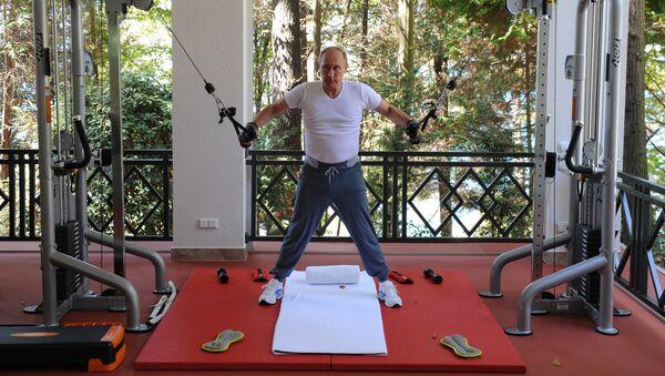Putin y Medvédev realizan un entrenamiento conjunto en Sochi y preparan carne a la barbacoa - Sputnik Mundo