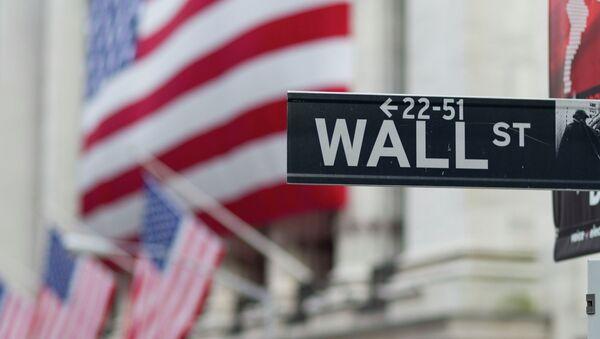 Una señal de Wall Street con unas banderas de EEUU de fondo - Sputnik Mundo