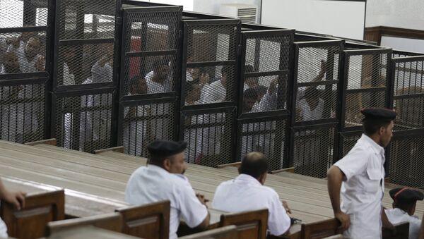 Activistas de la asociación Hermanos Musulmanes durante un juicio en Tribunal de Cairo - Sputnik Mundo