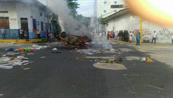 Imagen de carro incendiado entre calles Tacna y Sargento Lores esta mañana durante paro en Iquitos - Sputnik Mundo