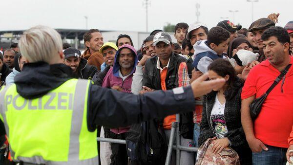 Cerca de mil refugiados permanecen en la frontera austro-húngara - Sputnik Mundo