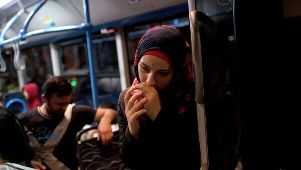 Una mujer en un autobús cerca de estación Keleti en Budapest - Sputnik Mundo