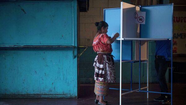 Una mujer marca su voto en un centros de votación en la ciudad de Guatemala - Sputnik Mundo