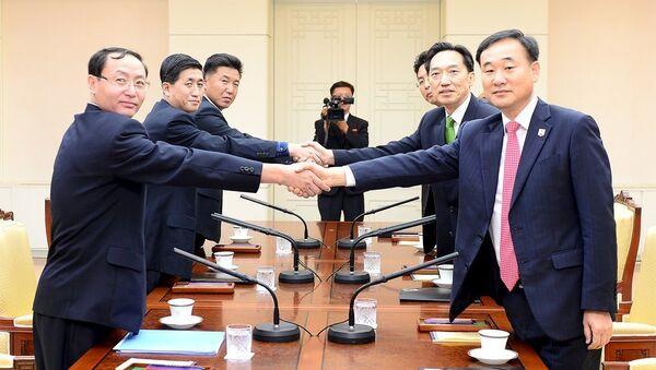 Representantes de ambas Coreas negocian las reuniones de familiares separados tras la guerra de Corea - Sputnik Mundo