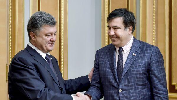 El presidente de Ucrania, Petró Poroshenko y el expresidente de Georgia y exgobernador de la ciudad ucraniana de Odesa, Mijaíl Saakashvili (archivo) - Sputnik Mundo