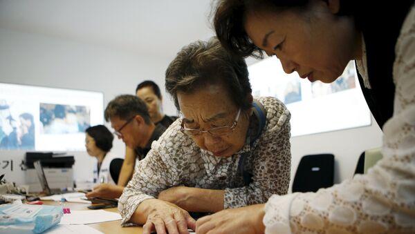 Una mujer surcoreana prepara los documentos para la reunión de familiares que viven en Corea del Norte - Sputnik Mundo