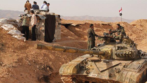Soldados sirios cerca el tanque de producción rusa - Sputnik Mundo