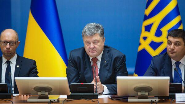 Primer ministro de Ucrania, Arseni Yatseniuk, y presidente de Ucrania, Petró Poroshenko - Sputnik Mundo