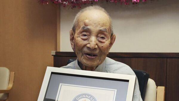 Yasutaro Koide, 112, holds the Guinness World Records certificate as he is formally recognized as the world's oldest man at a nursing home in Nagoya, central Japan - Sputnik Mundo
