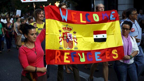 Miles de personas apoyan en España la acogida de los refugiados - Sputnik Mundo