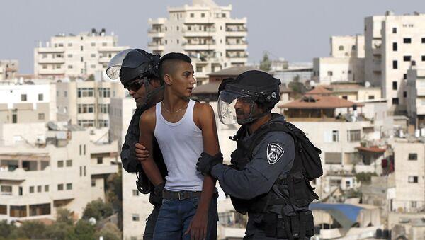 Policíacos israelíes arrestan a un joven palestino durante los choques en la Explanada de las Mezquitas - Sputnik Mundo