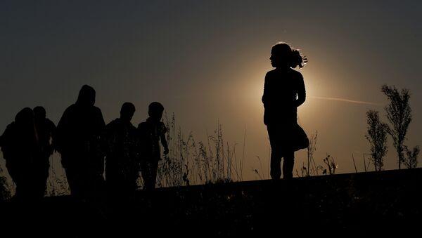 Migrantes cerca del campo de refugiados húngaro Röszke - Sputnik Mundo