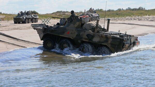Los vehículos blindados rusos BTR-80 durante unas maniobras (archivo) - Sputnik Mundo