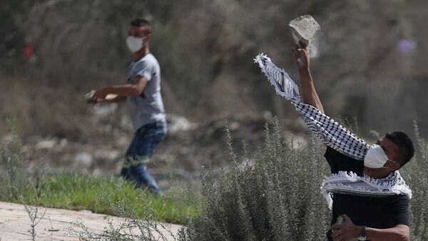 Jovenes palestinos están tirando piedras en las tropas de Israel - Sputnik Mundo
