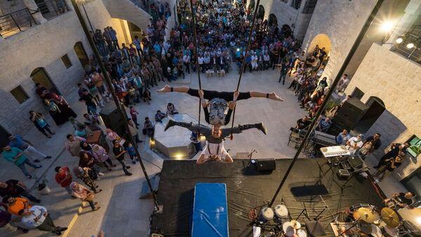 Dos acróbatas actúan en el teatro de Nablus, en el marco del Festiclown 2015 - Sputnik Mundo