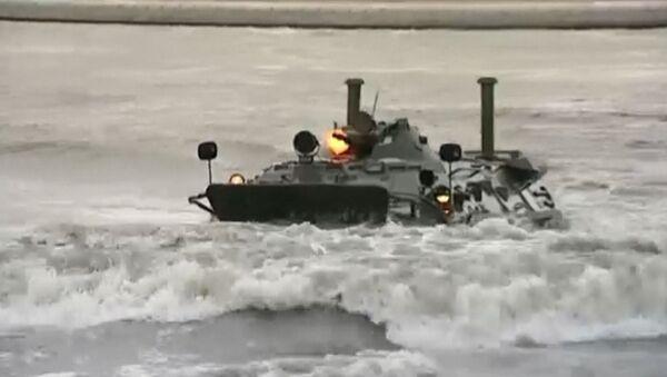 Los blindados BTR-80 no temen al agua - Sputnik Mundo