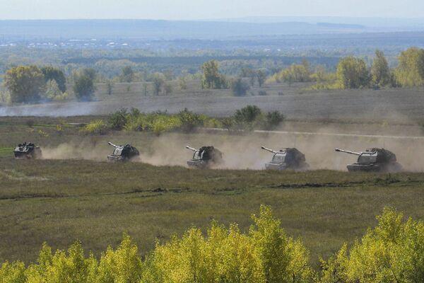 Ejercicios Tsentr-2015: tiro con fuego real y vehículos blindados en marcha - Sputnik Mundo