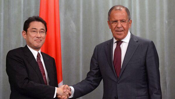Ministro de Exteriores de Japón, Fumio Kishida, y ministro de Asuntos Exteriores de Rusia, Serguéi Lavrov (archivo) - Sputnik Mundo