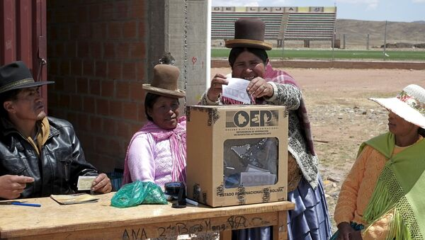Una mujer vota en Bolivia - Sputnik Mundo