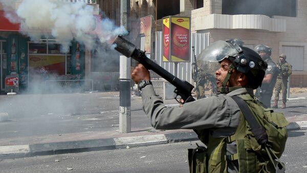 Guardafronteras de Israel tira el gas lacrimógeno durante el choque armado con los jóvenes palestinos - Sputnik Mundo