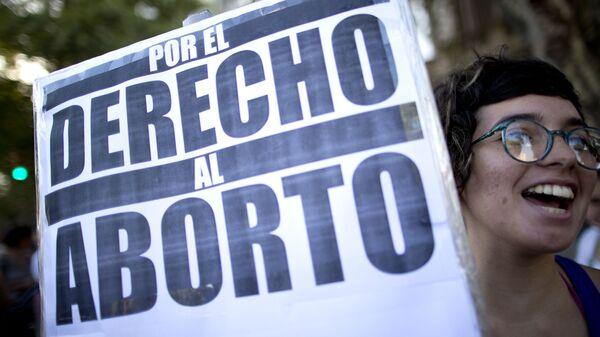 Una mujer con el póster durante manifestación a favor del aborto (Archivo) - Sputnik Mundo