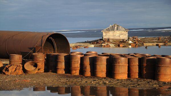Barriles en archipiélago de Nueva Zembla antes de la limpieza - Sputnik Mundo