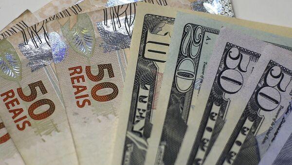 Real brasileño y dólar estadounidense - Sputnik Mundo