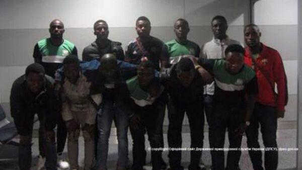 Grupo de nigerianos en el aeropuerto de Kiev, Ucrania - Sputnik Mundo