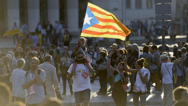 Un niño lleva la bandera de Cataluña - Sputnik Mundo