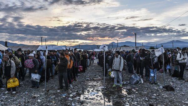 Refugiados y migrantes en la frontera entre Grecia y Macedonia (archivo) - Sputnik Mundo