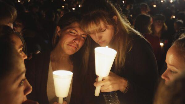 Homenaje a las víctimas del tiroteo en el estado de Oregon - Sputnik Mundo