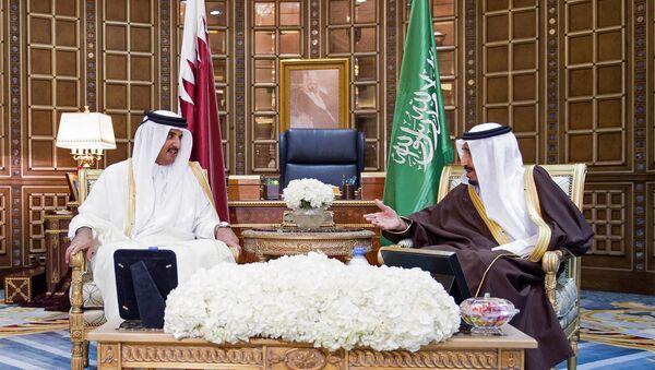 Emir de Catar Tamim Bin Hamad Al Zani y rey de Arabia Saudí, Salmán bin Abdulaziz Al Saúd - Sputnik Mundo
