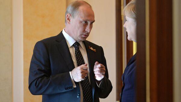 Vladímir Putin, presidente de Rusia, y Angela Merkel, canciller de Alemania (archivo) - Sputnik Mundo