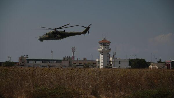 Helicópteros rusos vuelan sobre la base Hmeymim en Siria (archivo) - Sputnik Mundo