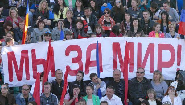 El foro electoral del movimiento 'República popular de Donetsk'. El cartel dice: 'Estamos por la paz' - Sputnik Mundo