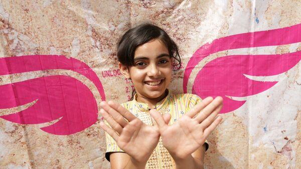Una niña hace el gesto llamado #Girl4President - Sputnik Mundo