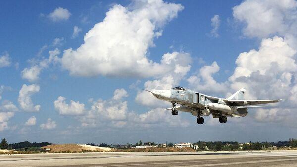 Bombardero ruso Sukhoi Su-24 en el aeródromo de Hmeymim, Siria - Sputnik Mundo