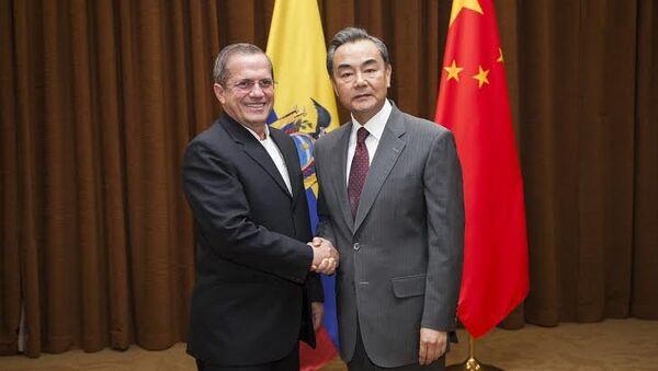 Canciller ecuatoriano Ricardo Patiño con el ministro de Relaciones Exteriores de China, Wang Yi - Sputnik Mundo