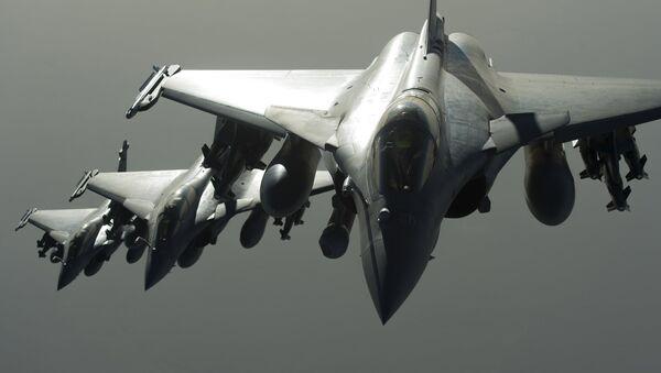 Cazas Rafale de la coalición contra el EI durante un ataque aéreo - Sputnik Mundo