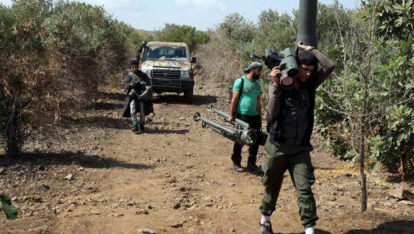Combatientes del Ejército Libre Sirio (ELS) se preparan para un ataque contra el ejército leal al presidente Bashar el Asad, el 30 de septiembre de 2015 - Sputnik Mundo