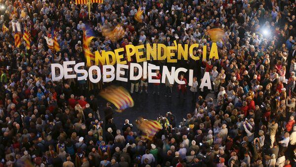 Miles de catalanes salen a la calle en defensa de los imputados por la consulta - Sputnik Mundo