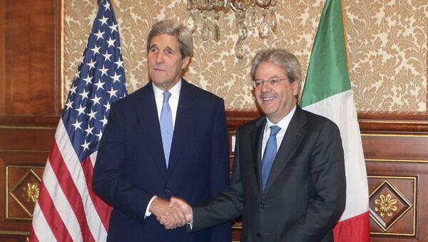 Secretario de Estado de EEUU, John Kerry (izda.) y ministro de Asuntos Exteriores de Italia, Paolo Gentiloni - Sputnik Mundo