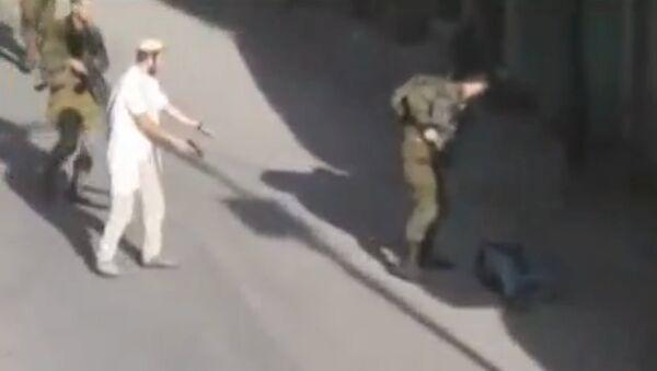 Un colono israelí después de matar a un joven palestino en Hebrón - Sputnik Mundo